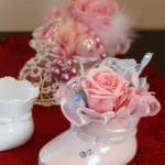 かわいいシューズ型の花器にバラ達を。出産お祝いにいかがでしょう。